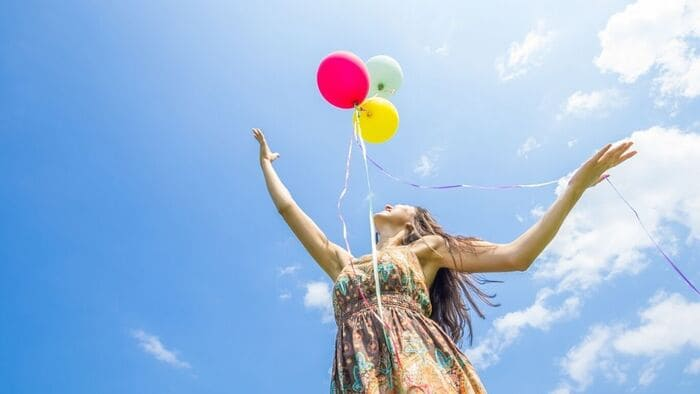 風船を放つ女性