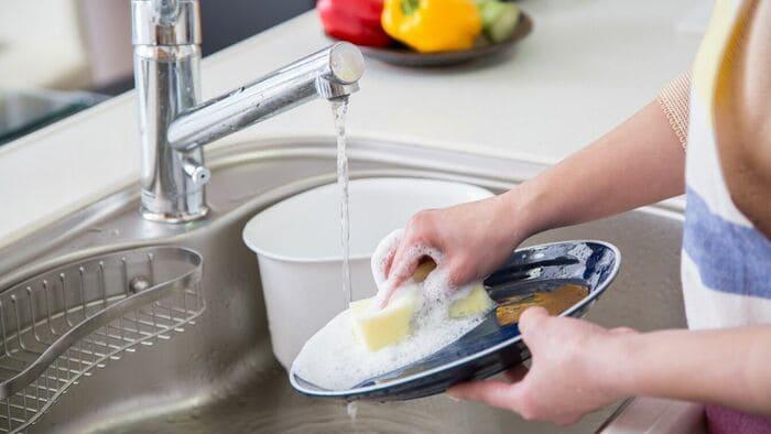 洗い物する女性