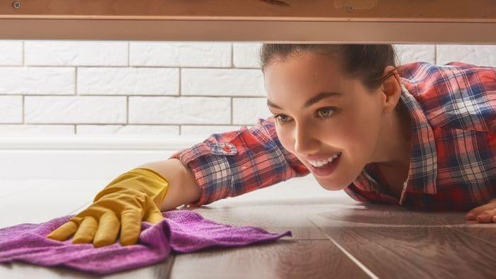 床を拭く女性