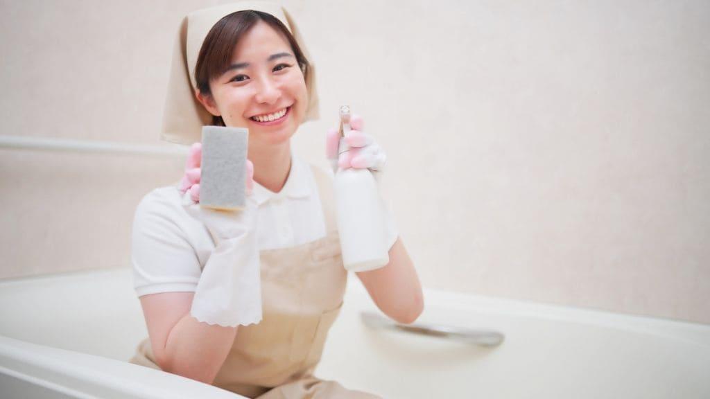 風呂掃除する家政婦さん
