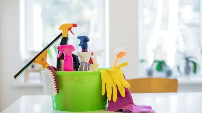 テーブル上の掃除道具