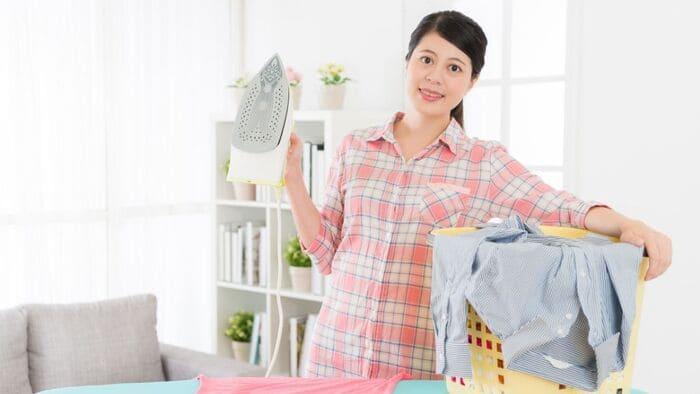 洗濯ものする女性