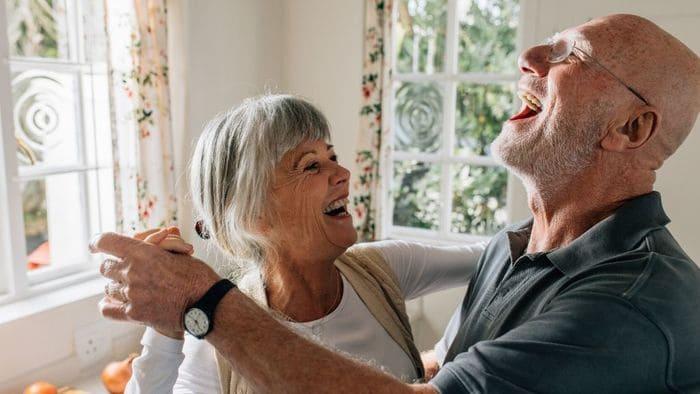 楽しそうな高齢夫婦