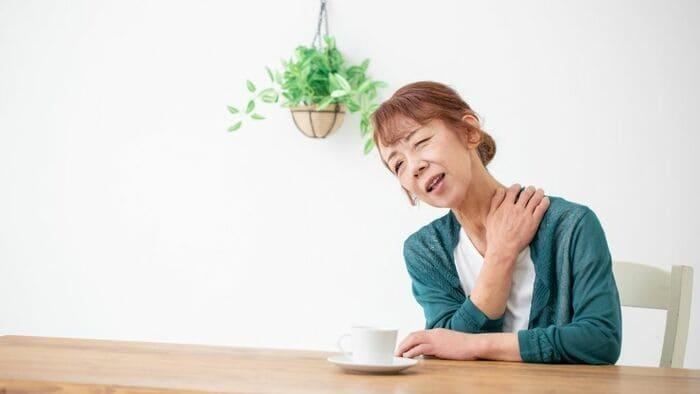 肩が痛い高齢者