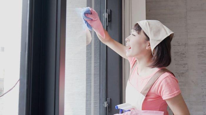 窓ふきする女性
