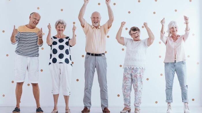 喜ぶ老人たち