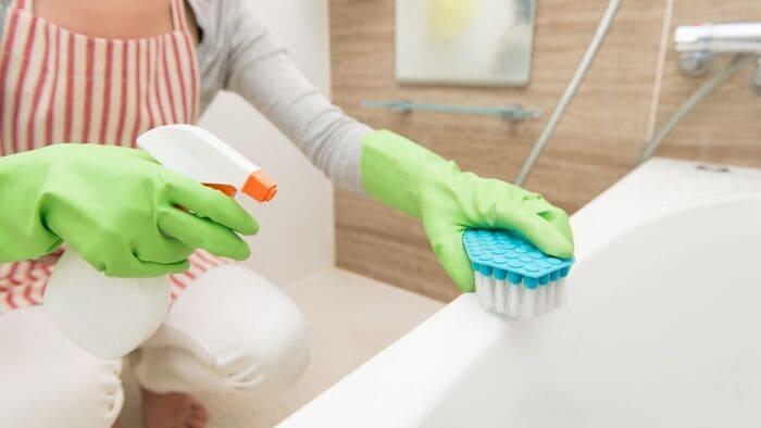 風呂掃除する女性