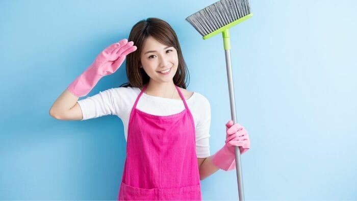 掃除道具をもった女性