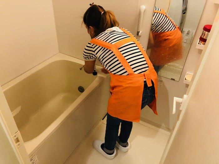 風呂掃除するフィリピン人スタッフ
