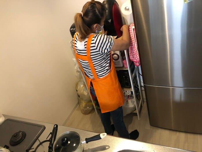 キッチン掃除するフィリピン人スタッフ