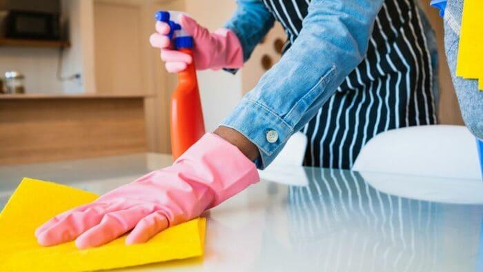 布巾で拭く女性の手