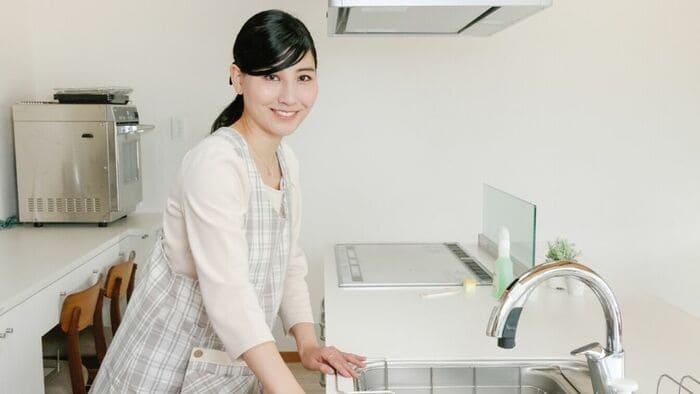キッチンでほほ笑む女性
