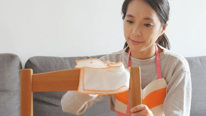 椅子を拭く女性