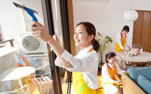 掃除する3人の女性