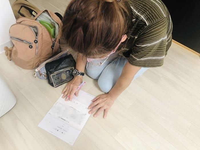 領収書を書く女性