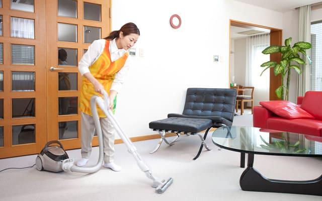 掃除機がけする女性