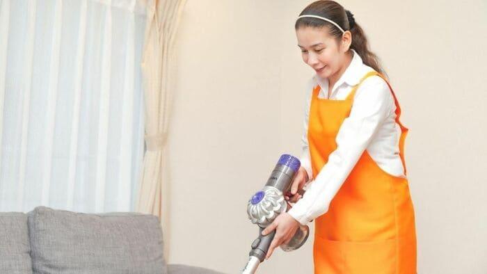 掃除するフィリピン人女性