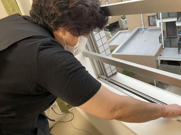 窓掃除するキャストさん