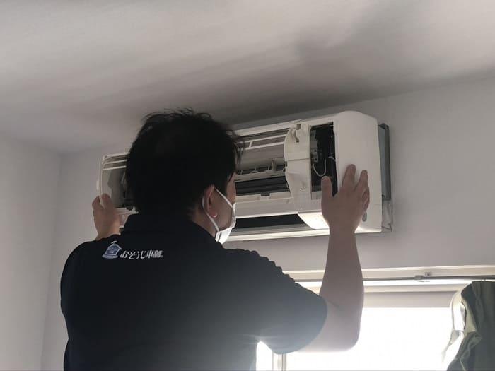 エアコンを組み立てるおそうじ本舗スタッフ