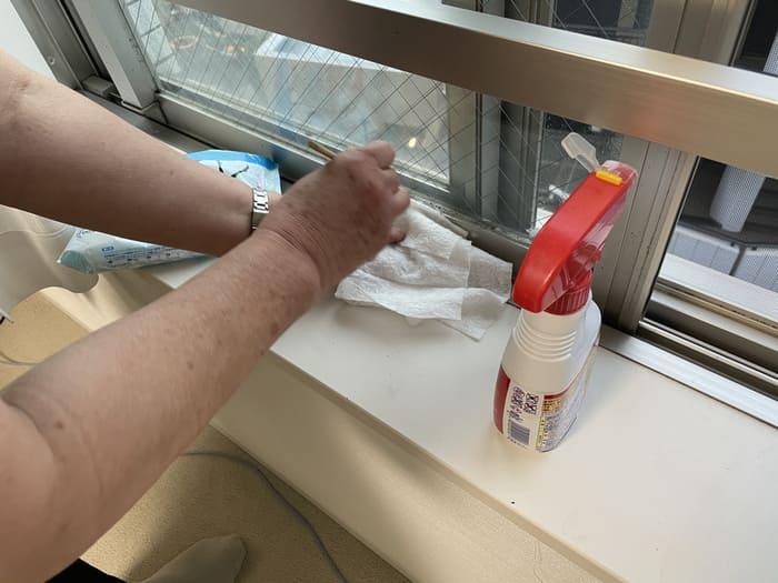 窓のサッシを掃除するキャストさん