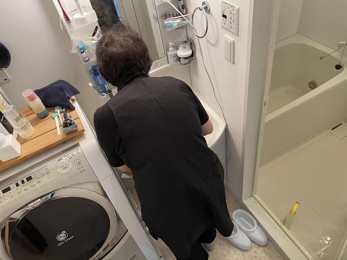 洗面台掃除するキャストさん