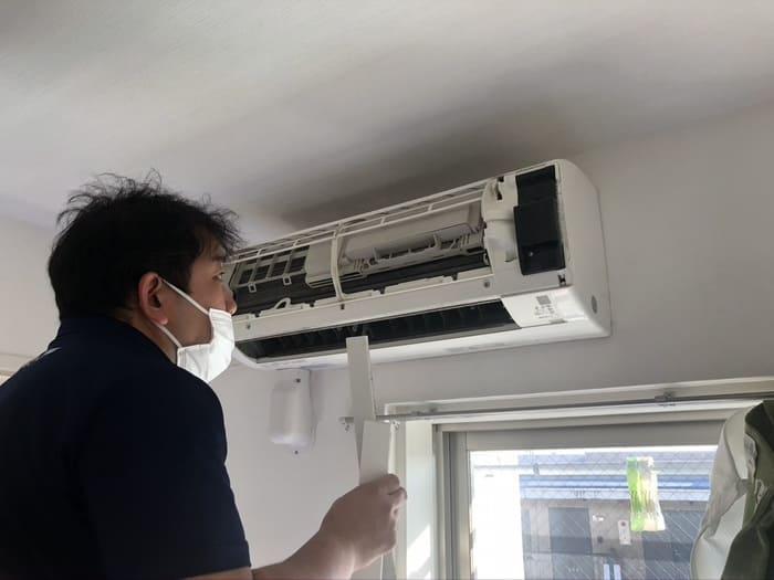 エアコンを分解するおそうじ本舗スタッフ