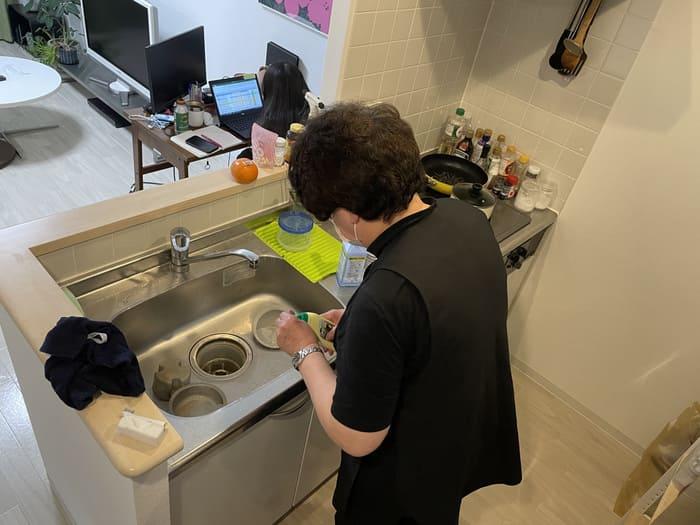 キッチン掃除するキャストさん