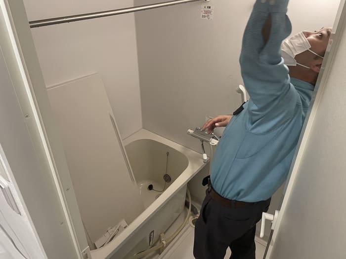 天井を拭くダスキンスタッフ