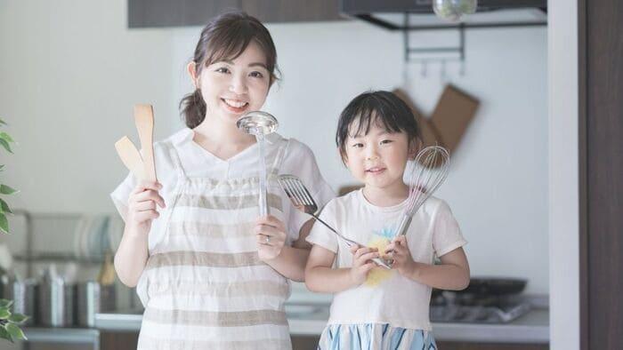 料理道具を持つ母娘