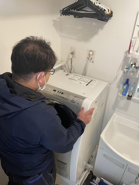 洗濯機の動作確認をするおそうじ本舗スタッフさん