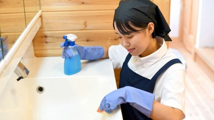 洗面台を掃除する女性