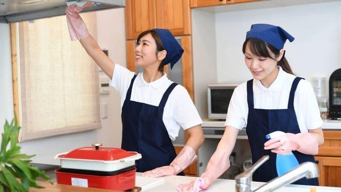 キッチン掃除する家政婦二名