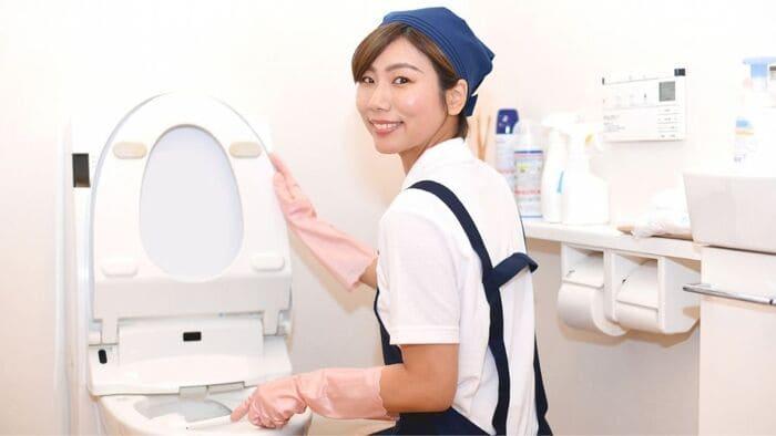 トイレ掃除する家政婦