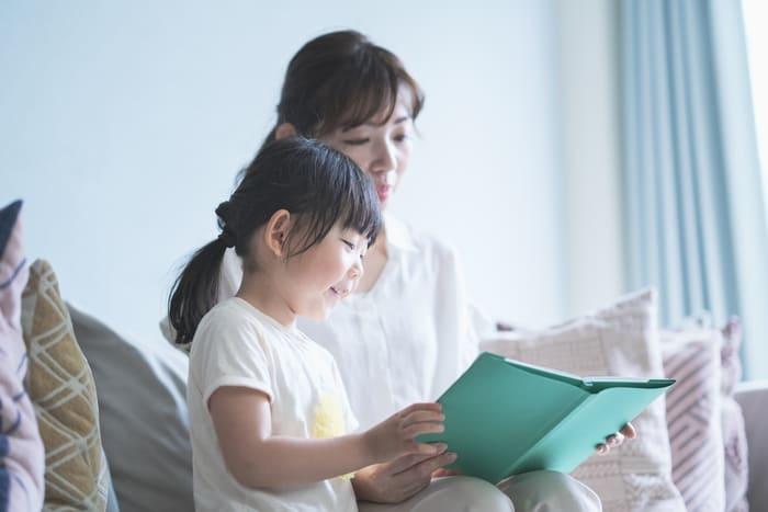 一緒に本を読む母娘