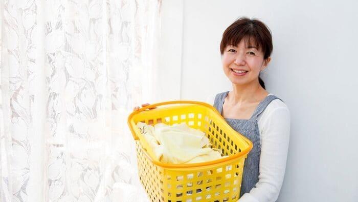 洗濯かごをもつ主婦