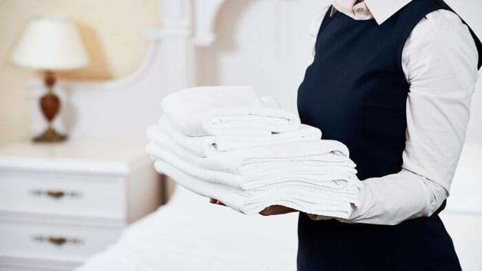 バスタオルをもつ家政婦