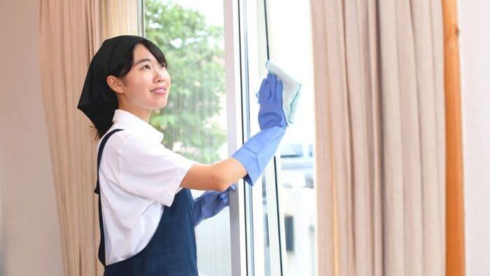 窓拭きする家政婦