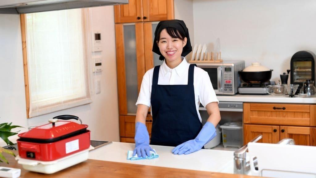 キッチン掃除する女性