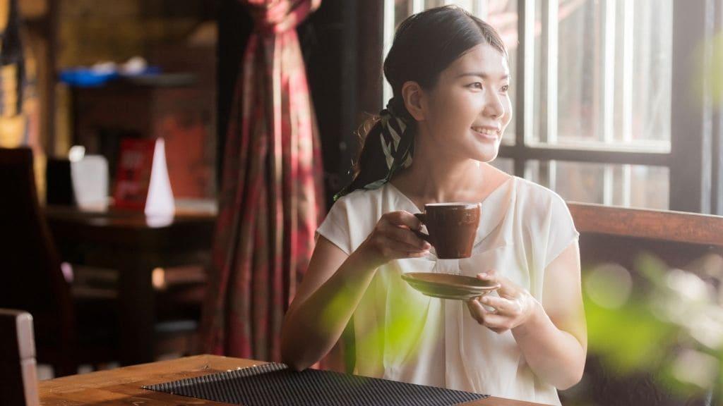 カフェでお茶する女性