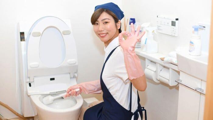トイレ掃除する女性
