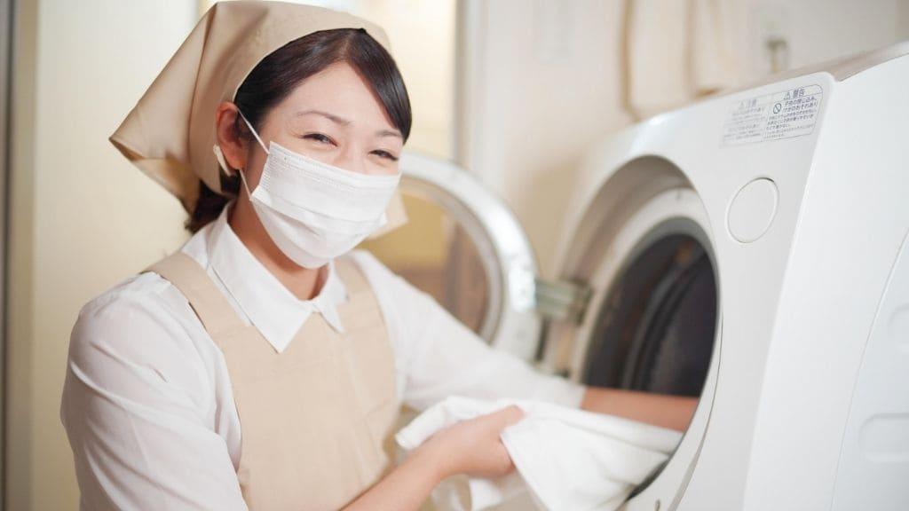 洗濯物を取り出す女性