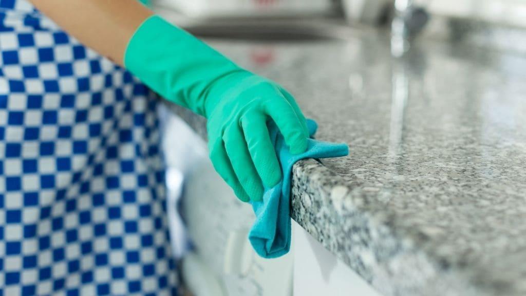 キッチンを拭く女性の手