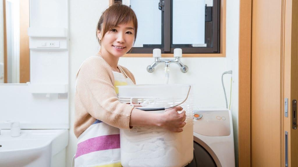 洗濯物をもつ女性