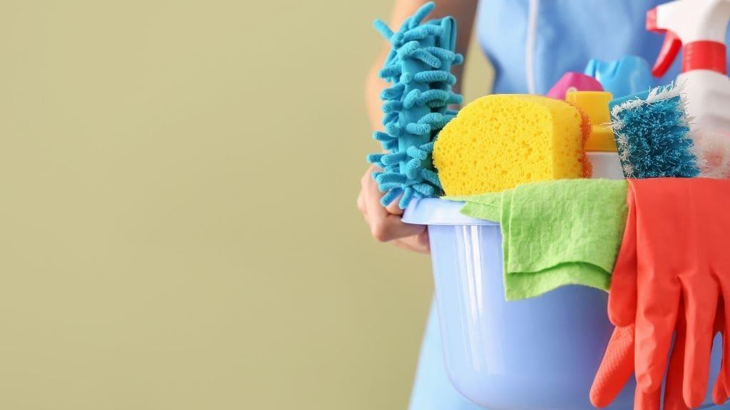 掃除道具をもつ女性
