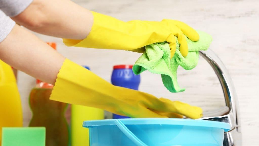 掃除する女性の手