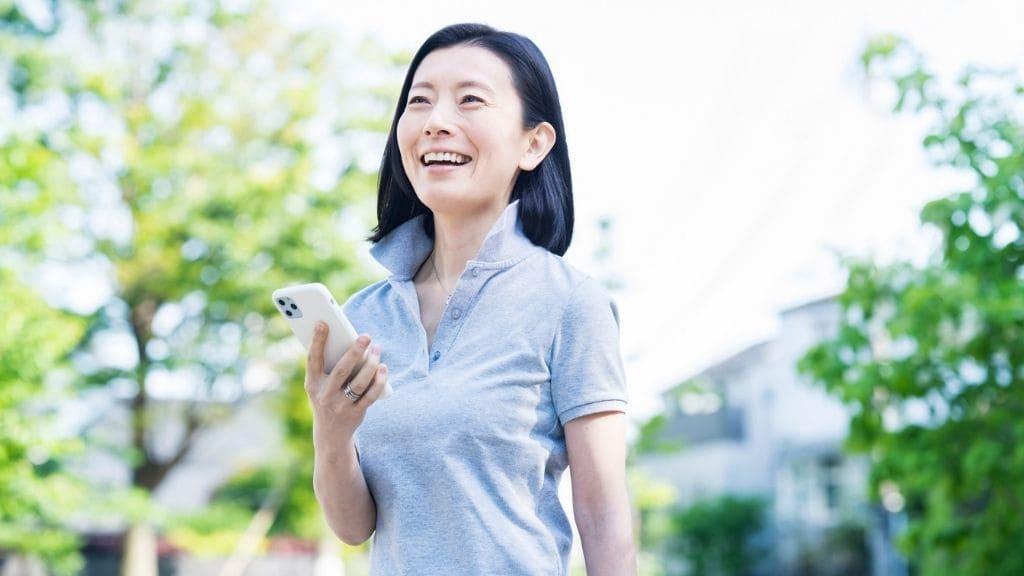 スマホをもつ笑顔の女性