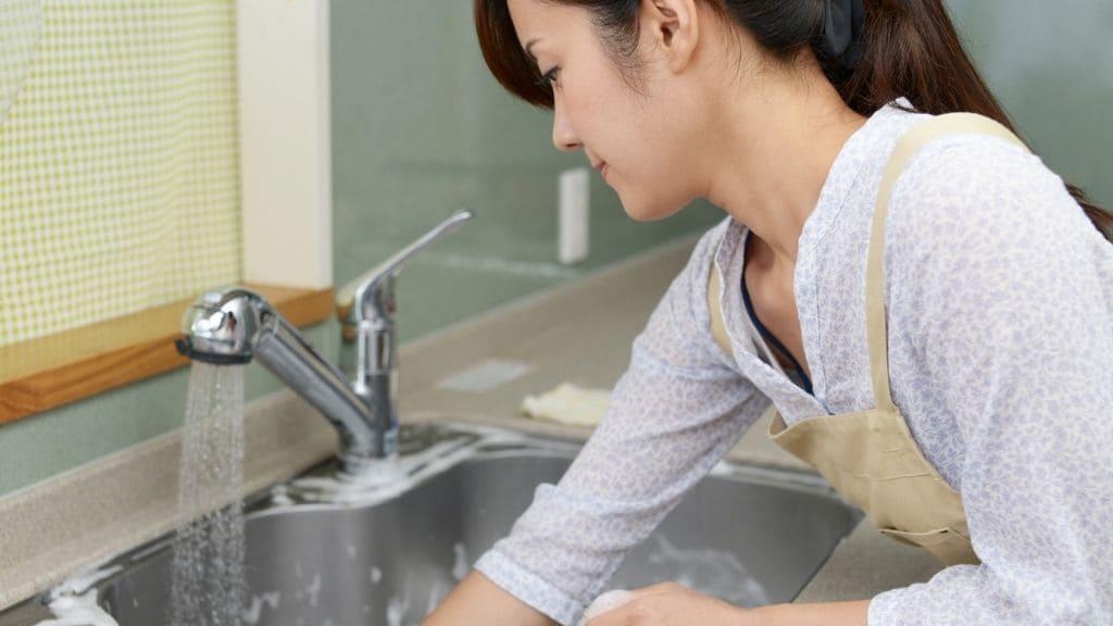 流しを掃除する女性